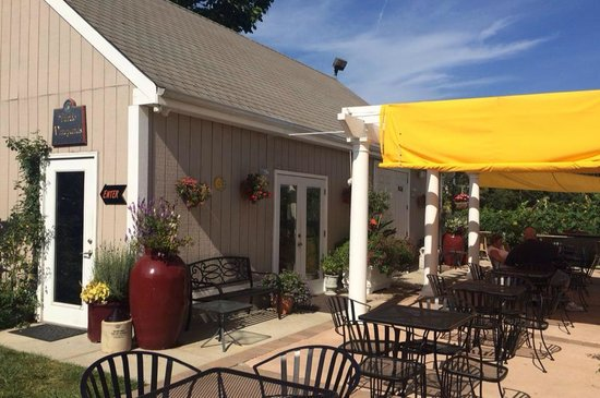 Turdo Vineyards & Winery: Outdoor seating area
