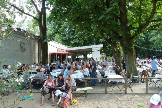 Cafe am Neuen See, Biergarten: Viel Betrieb am WE