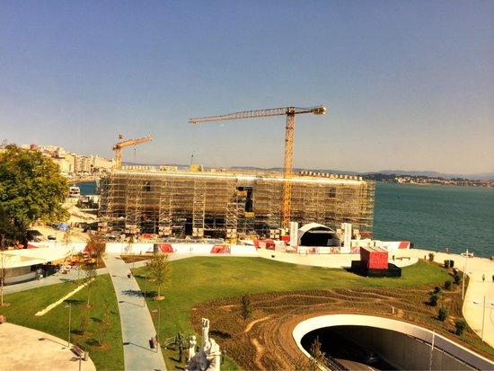 Hotel Bahía Santander: Vue sur la baie de la chambre 511 coupée par cette bâtisse !!!