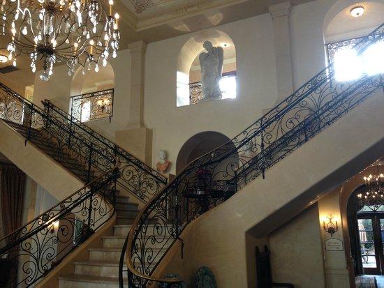 Ayres Hotel Manhattan Beach / Hawthorne : Stairway in lobby