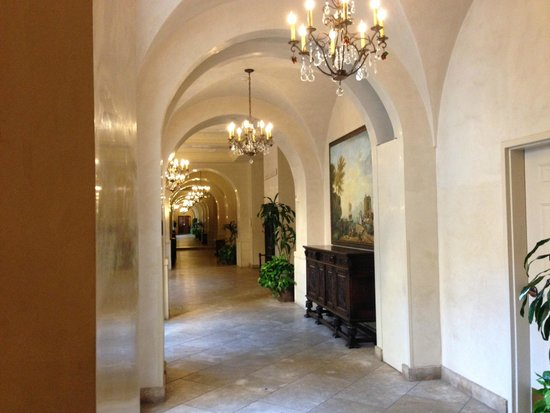 Ayres Hotel Manhattan Beach / Hawthorne : Main floor hallway to conference rooms