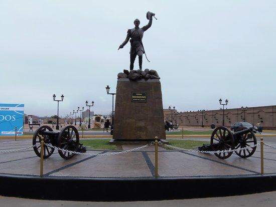 Callao, Peru: La estatua de Francisco Bolognesi, en el centro de la plaza.