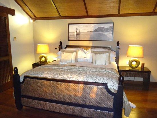 LUX Le Morne : honeymoon suite bed