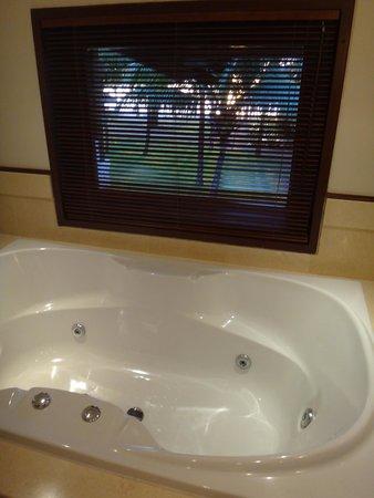 LUX Le Morne : honeymoon suite whirlpool