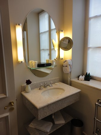 Hotel d'Aubusson: bright bathroom