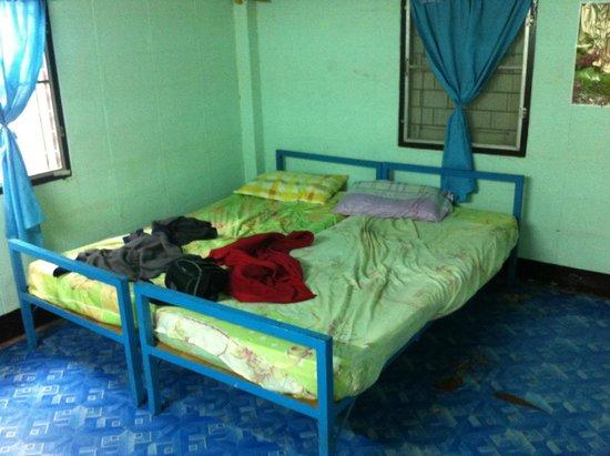 Chok Dee Guesthouse: Nuestra habitacion