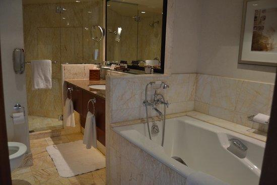 Bathroom - Picture of Four Seasons Hotel Sydney, Sydney - TripAdvisor