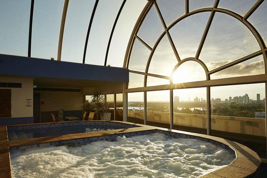 Rooftop spa sauna plunge pool and gym picture of for Pool show melbourne