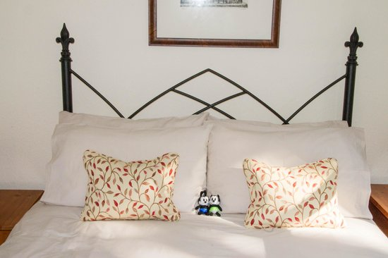Beech Cottage B&B: Comfortable bed in a nice bright bedroom.