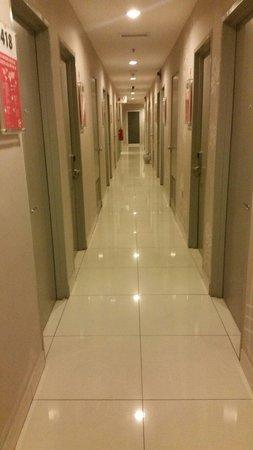 Tune Hotel Danga Bay: View walkway on 4th floor