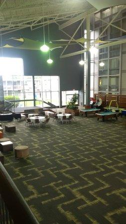 Holiday Inn Burlington Hotel & Conference Centre : atrium
