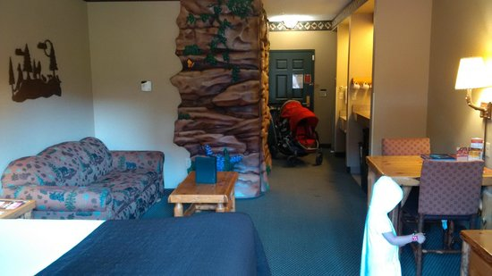 Great Wolf Lodge : wolf den suite - that's not a ghost, it's my daughter.