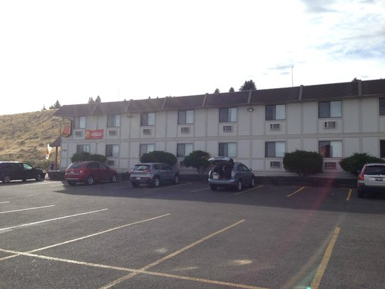 Super 8 Cody: Hotel view from the street
