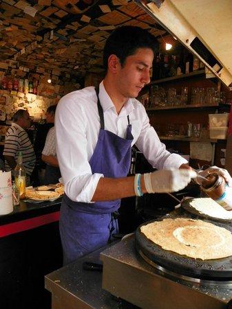 Le Tire Bouchon : Making crepes