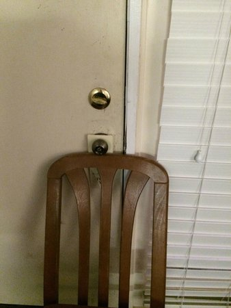 Bradford Inn & Suites: how we had to prop the door