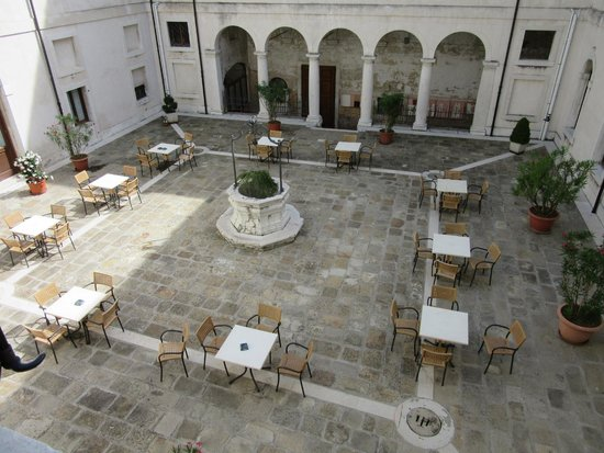 Centro Culturale Don Orione Artigianelli : A view from our room onto the courtyard (where you can eat breakfast)