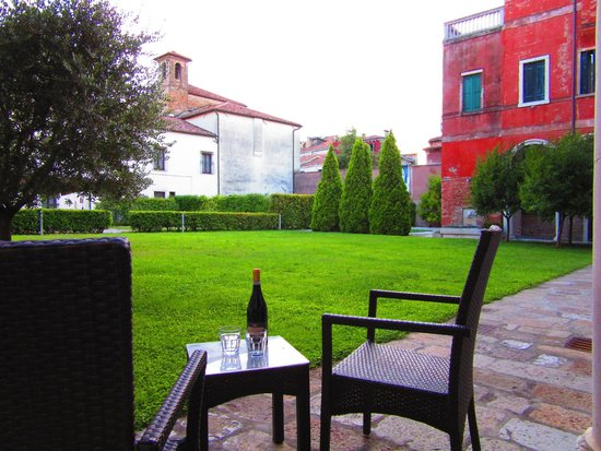 Centro Culturale Don Orione Artigianelli : The sitting area of the courtyard in the back.