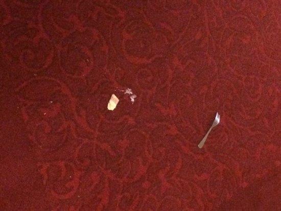 Omaha Marriott: Fork and food on the hallway floor for 10-12 hours