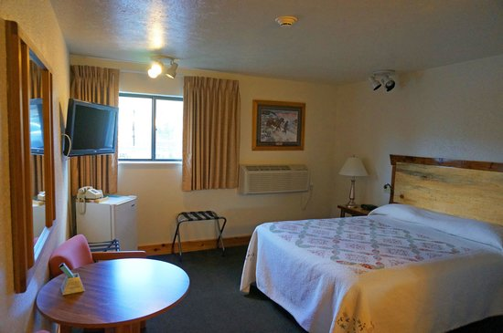 Yellowstone Village Inn: King guest room