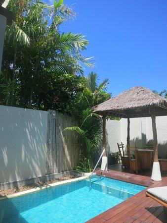 Metadee Resort and Villas : お部屋のプールでマンゴスチンを食べながらゆったり。