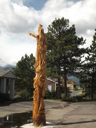 Econo Lodge: Carved totem outside front entrance.