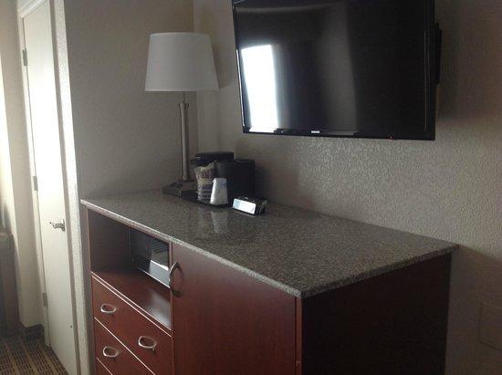 BEST WESTERN PLUS Peak Vista Inn & Suites: Hotel Room area for in room coffee/tea/fridge/microwave