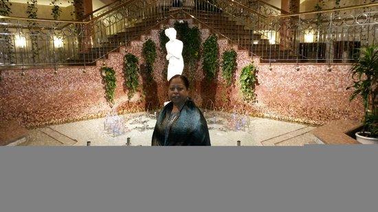 Golden Ring Hotel: Fonte com uma escadaria linda ao fundo