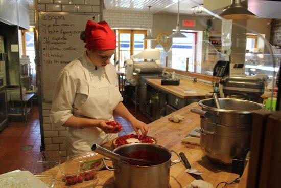Le Petit Cochon Dingue: Making strawberry pie on premises