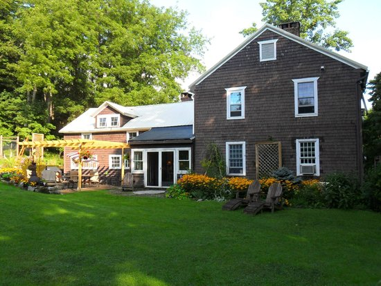 Mary's Meadow Bed and Breakfast: View of the inn from the back yard