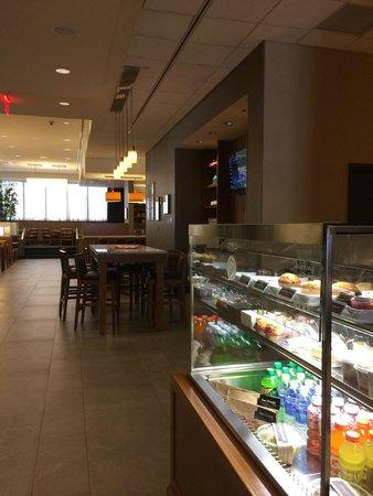 Hyatt Place Flushing/LaGuardia Airport: Looking towards the dining area