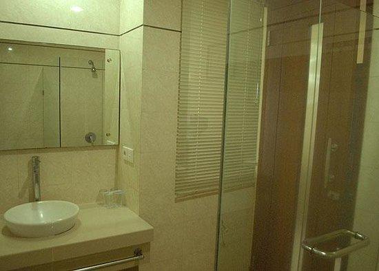 La Walon Hotel: private modern Bathroom