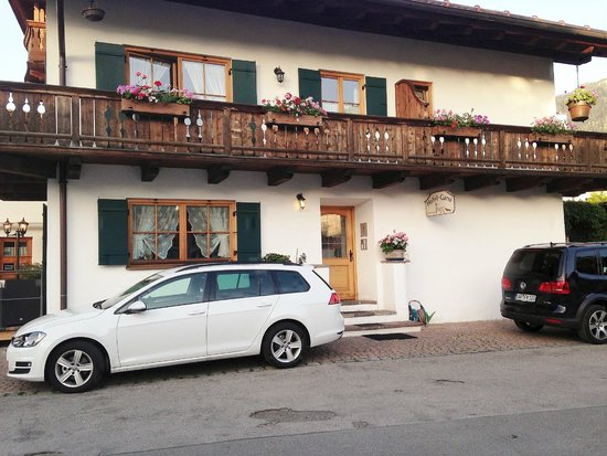 Hotel Ferienhaus Fux: Parking and entrance to our building