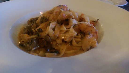 A Tavola Bistro : Fettuccine pasta with mushrooms and shrimp