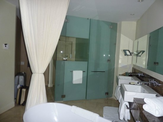 Trump Ocean Club International Hotel & Tower Panama: Bathroom in the room