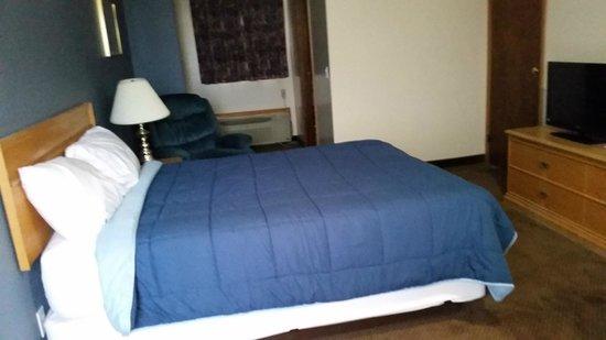 Standard Queen Room. Model A Inn  |  1908 Cranbrook St N, Cranbrook, British Columbia V1C 3T1, C