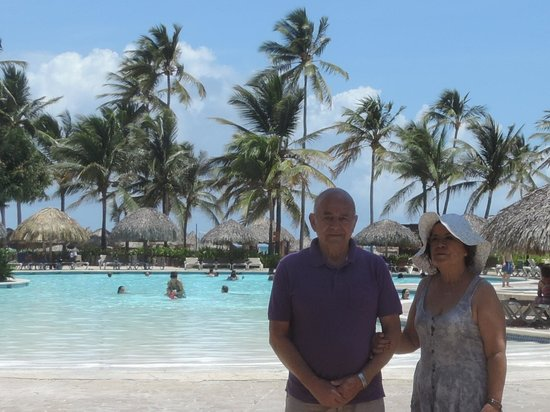 Tropical Princess Beach Resort & Spa: mis suegros en una de las piscinas