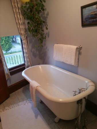 Governor's House in Hyde Park: clawfoot tub