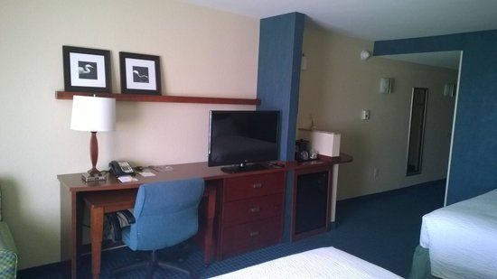 Courtyard by Marriott Fort Myers - Gulf Coast Town Center: Desk, TV, Fridge