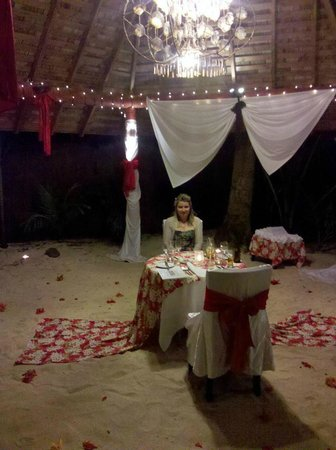 The Rarotongan Beach Resort & Spa : Romantic beach front dinner at The Rarotongan