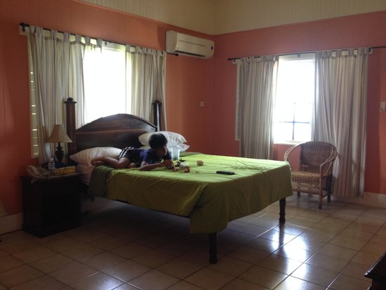 Sunset on the Cliffs Resort: Spacious simple and clean room with 1Q bed