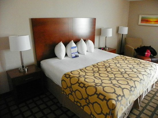 Baymont Inn & Suites Mackinaw City : four tiny pillows on the bed