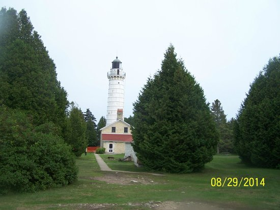 Cana Island Lighthouse: Approaching view of the lighthouse from the grounds