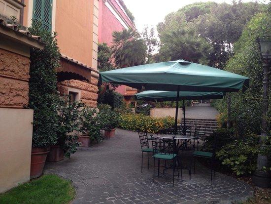 Hotel Aventino: Front garden