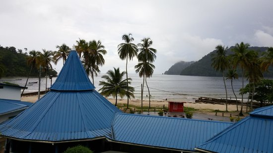 Maracas Bay Hotel: Another fantastic view with empty beach because it was a Thursday?