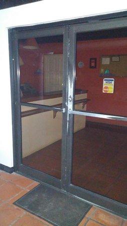 Maracas Bay Hotel: Empty reception after 11pm.No security. No # to call