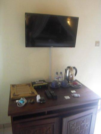 Pajar House Ubud : tv, table, fridge, kettle