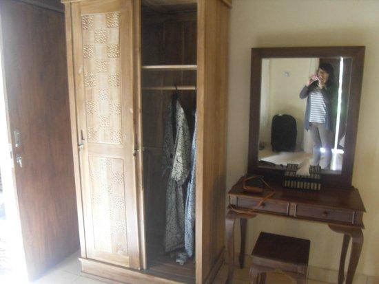 Pajar House Ubud : wardrobe, vanity desk