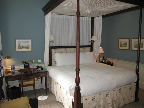 The Royal Park - A Roseate House Hotel: King Suite, comfortable bed