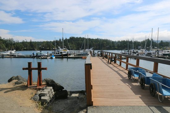 Snug Harbor Resort & Marina: Marina's deck, if you walk till the end you can see sunset