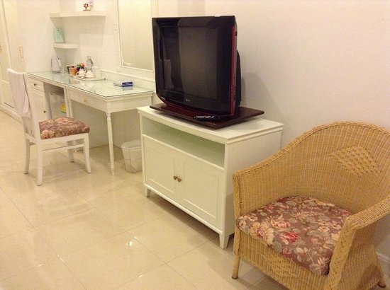 Amarin Resort: โต๊ะเครื่องแป้ง และทีวี